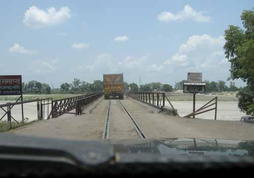 train-vehicle-bridge-on-sharda