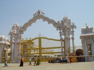 maha-lakshmi-golden-temple-entrance