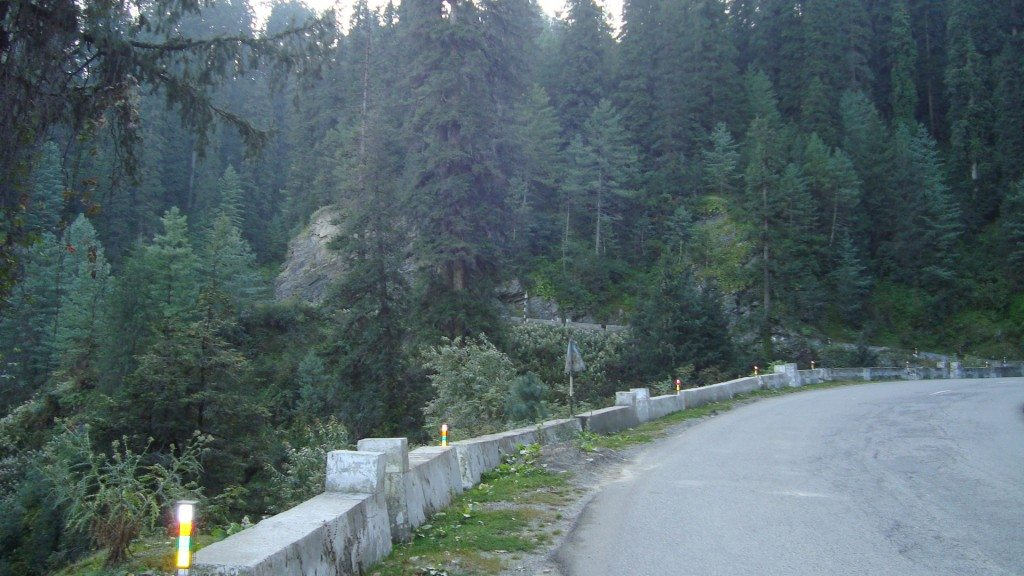 The descent from Narkanda to Sainj