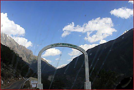 batesari-village-arch