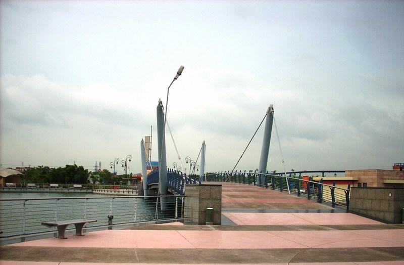 The bridge that separates Metro Walk from Adventure Island
