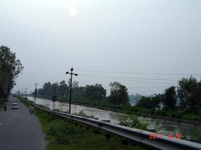 Road to Dakpathar along the Yamuna canal