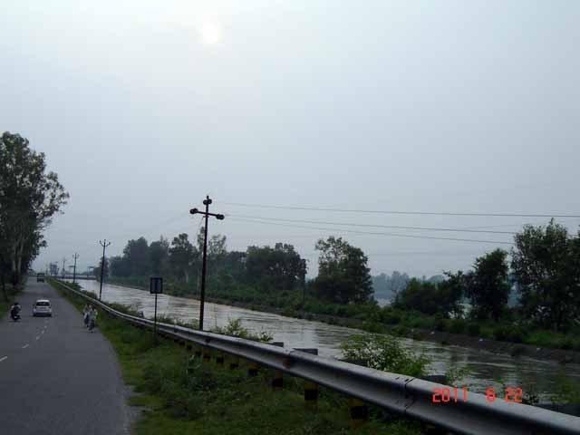 Road to Dakpathar along the Yamuna canal