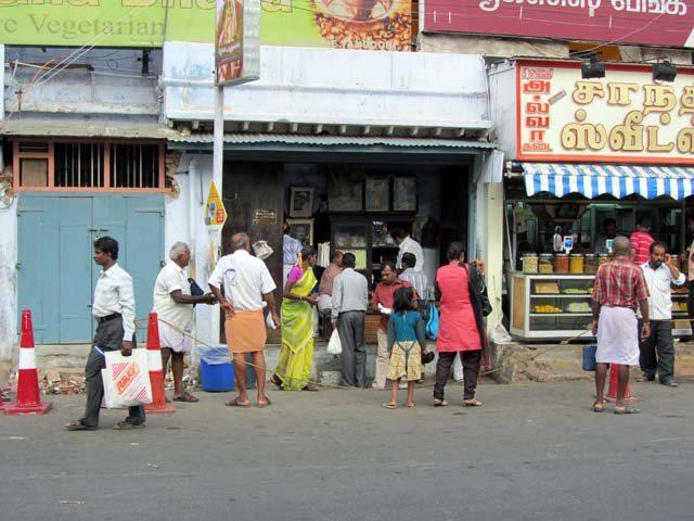 the famous iruttukadai halwa shop in tirunelveli