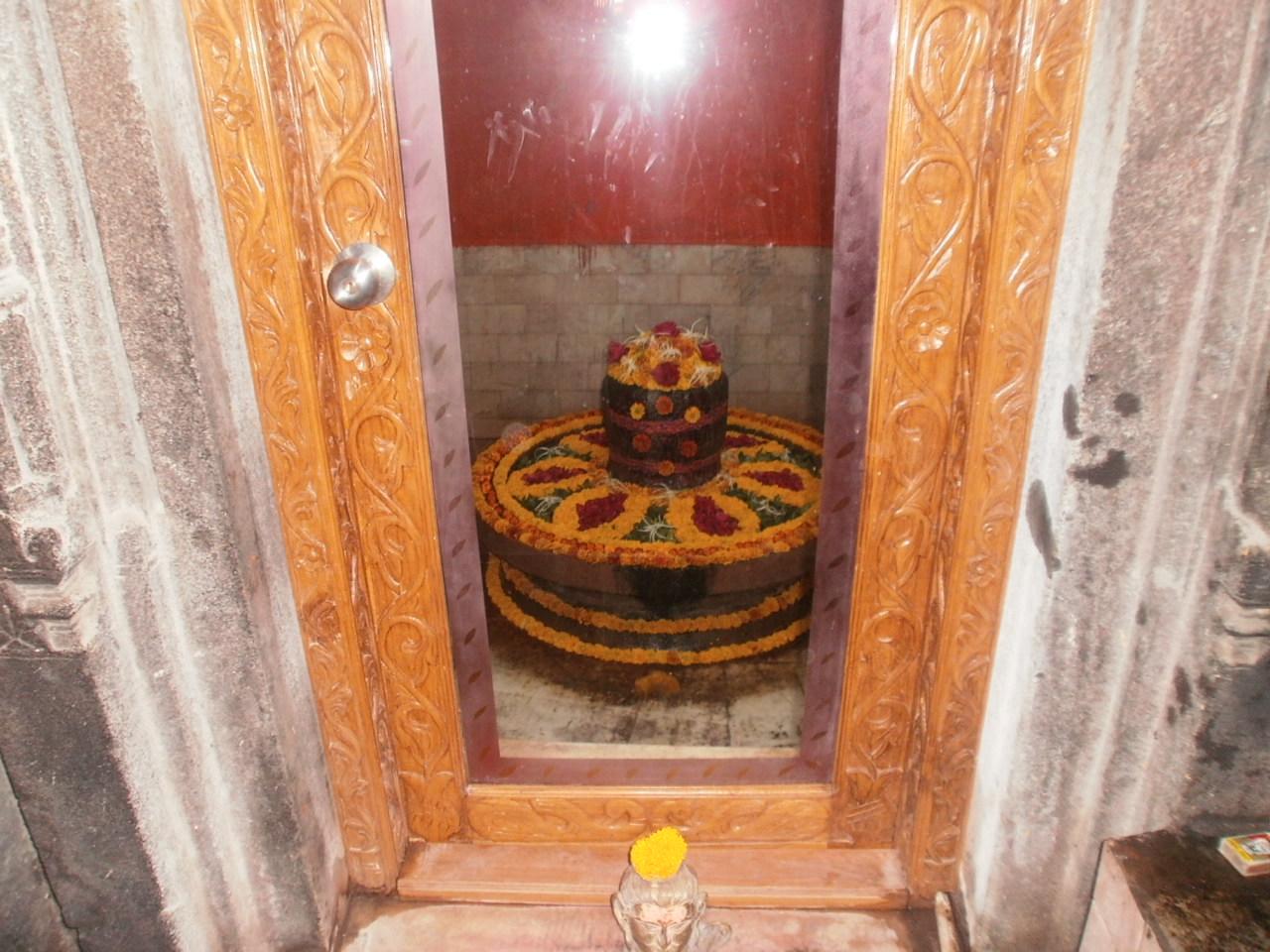 परिसर स्थित एक अन्य मंदिर में सुन्दर शिवलिंग.
