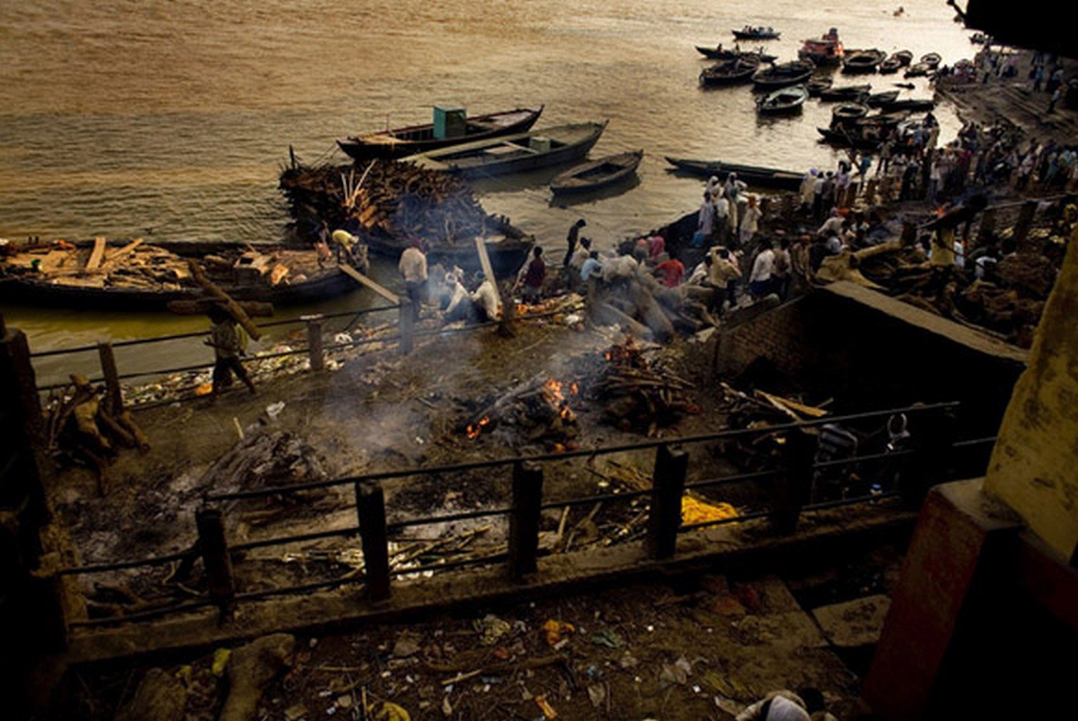 Rich-Joseph Facun - Cremation at the Manikarnika Ghat, Varanasi