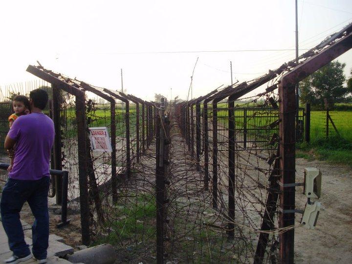 border fence at wagah ghumakkar inspiring travel