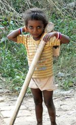 अपने आकार से बड़ा फावड़ा उठाये घूम रहा एक बच्चा