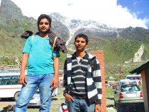 दीपक (बाँये) और पुनीत (दाँये) बद्रीनाथ बस अड्डे पर