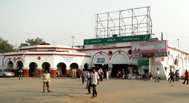 अमृतसर रेलवे स्टेशन से रामतीरथ हेतु बसें मिलती हैं।