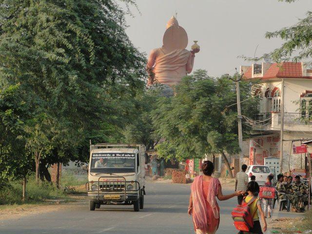रामतीरथ जाने वाली सड़क पर हनुमान जी की मूर्ति नज़र आती है।