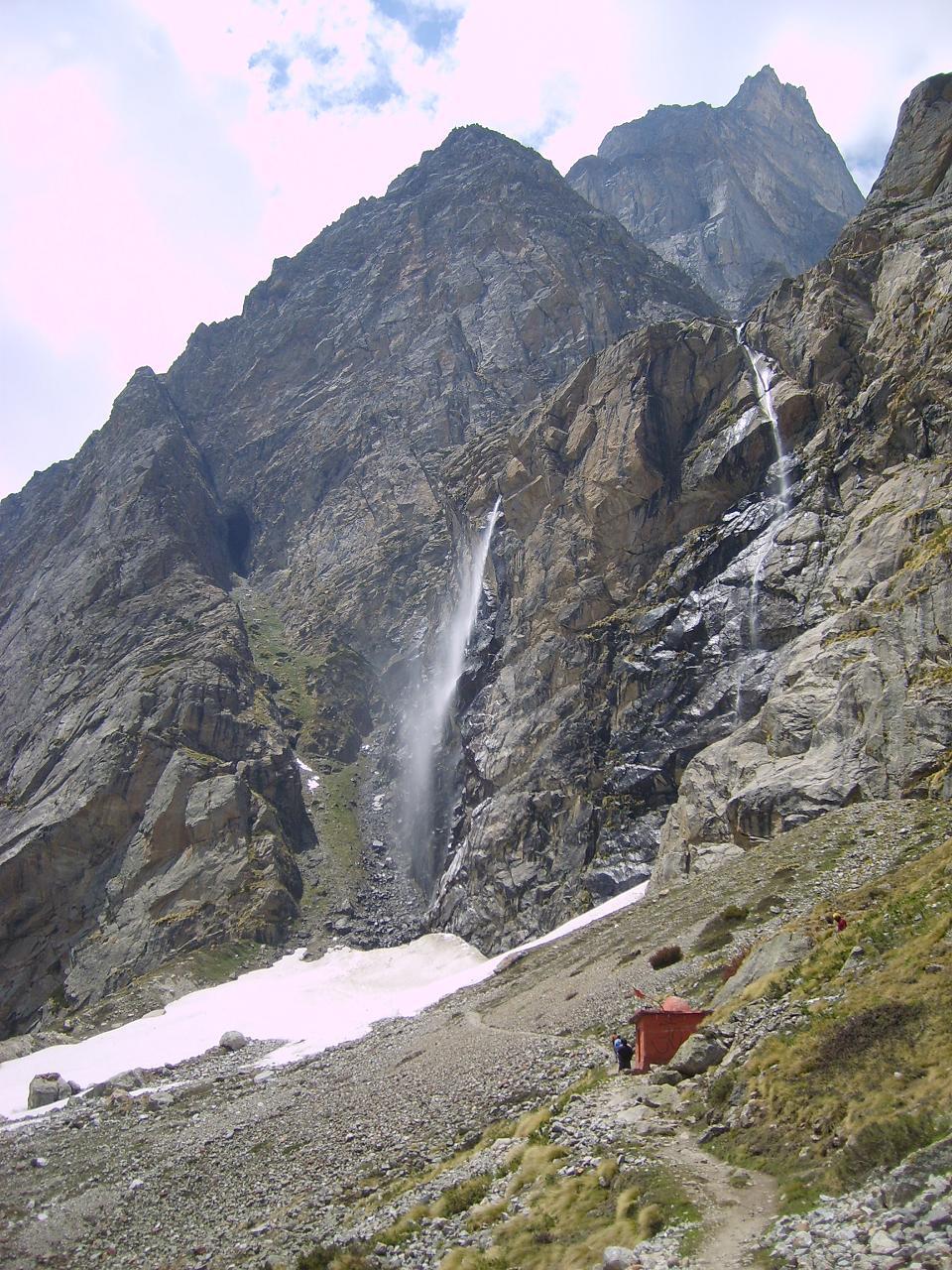 वसुधारा (साभार: http://scriptures.ru/india/uttarakhand/badrinath/mana_en.htm)