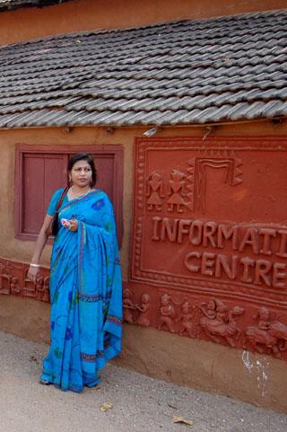 ये ग्रामीण महिला हमें सारे रास्ते परेशान करती रही !