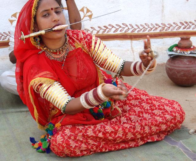 अबला नहीं, सबला हूं मैं !  मुंह में कटार लिये यही कह रही है ये राजस्थानी नर्तकी !