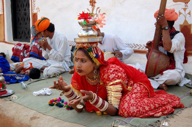 एक ही स्थान पर स्थिर बैठे - बैठे ये कैसा नृत्य था - आप खुद देखो और जान जाओ !