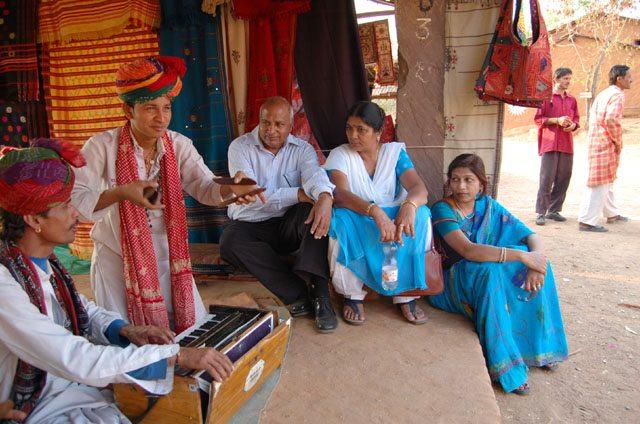 हाथ में दो चपटे पत्थर लेकर इतनी कर्णप्रिय ताल को जन्म दे सकते हैं ये राजस्थानी गायक !
