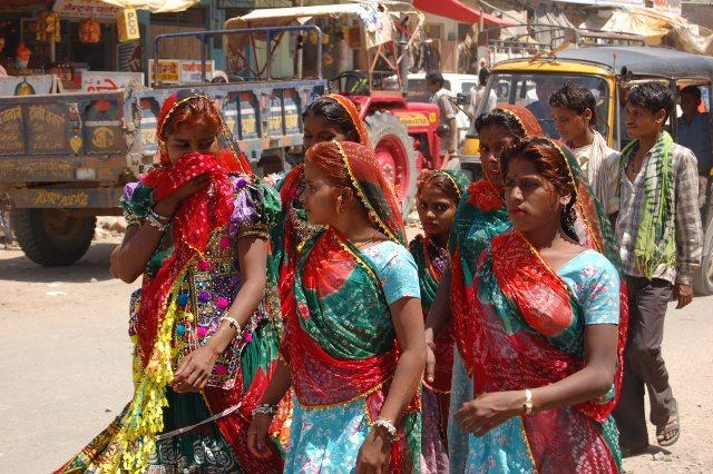 पिंडवारा में राजस्थानी परिधान में महिलाएं !