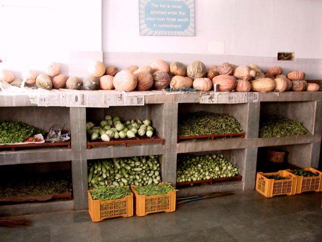 कच्ची सब्ज़ी और फल आदि के लिये रैक