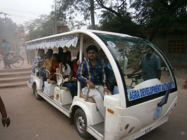 ताज महल परिसर में बैटरी चलित वाहन