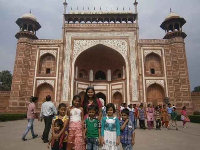 ताज महल के प्रवेश द्वार पर बच्चों की फौज