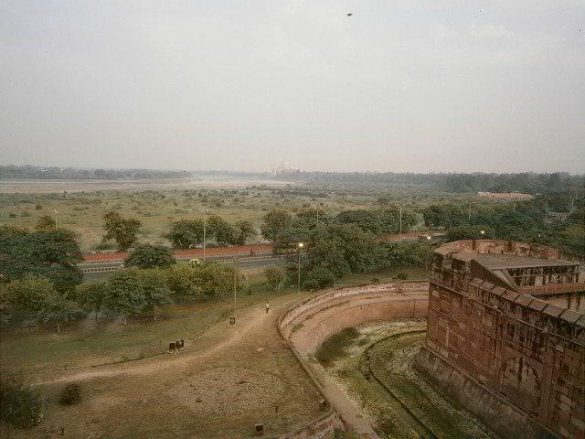 लाल किले से दिखाई देता आगरा का बाहरी दृश्य ..................दूर दिखाई दे रहा ताज महल