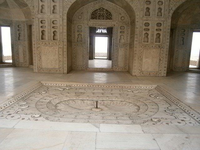 मोती महल, जहाँ औरंगजेब ने अपने पिता शाहजहाँ को सात वर्षों तक कैद रखा