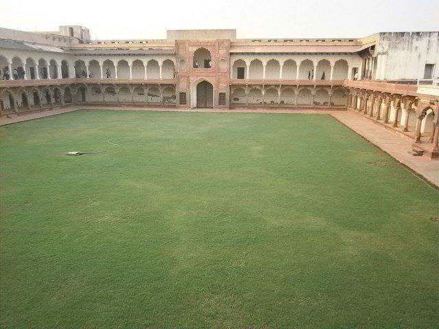मीना बाज़ार जहाँ महल की स्त्रियों के लिए आभूषणों का बाज़ार लगता था