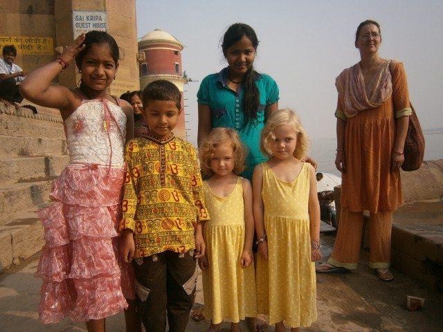 घाट पर दो जुडवा विदेशी बच्चियां