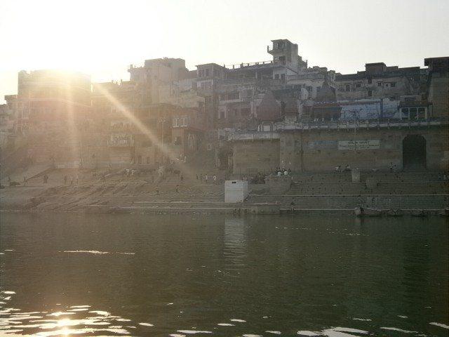 सूर्य की पहली किरणों से नहाया वाराणसी का घाट