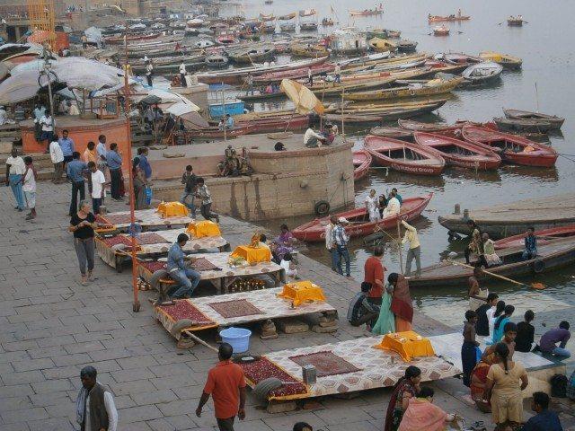 दशाश्वमेध घाट पर नावों का हुजूम एवं गंगा आरती की प्रारंभिक तैयारियां