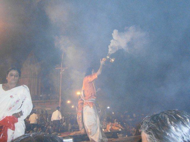 जय गंगा मैया .......धुप एवं अगरबत्ती के पावन धुंए तथा सुगंध से सारा दशाश्वमेध घाट भक्ति के रस में डूब चूका है