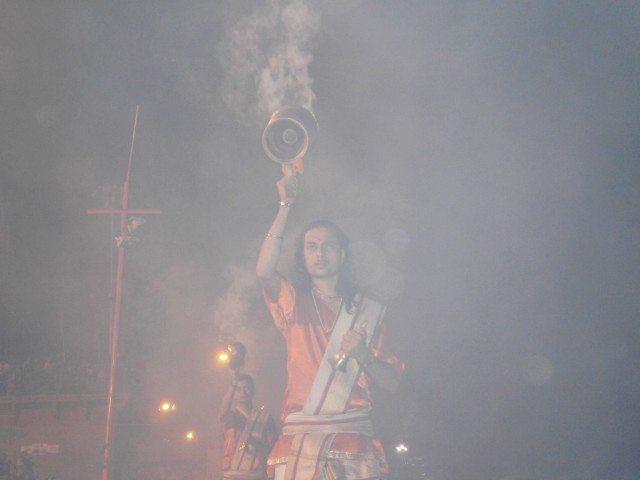 धुप एवं अगरबत्ती के पावन धुंए तथा सुगंध से सारा दशाश्वमेध घाट भक्ति के रस में डूब चूका है  ...