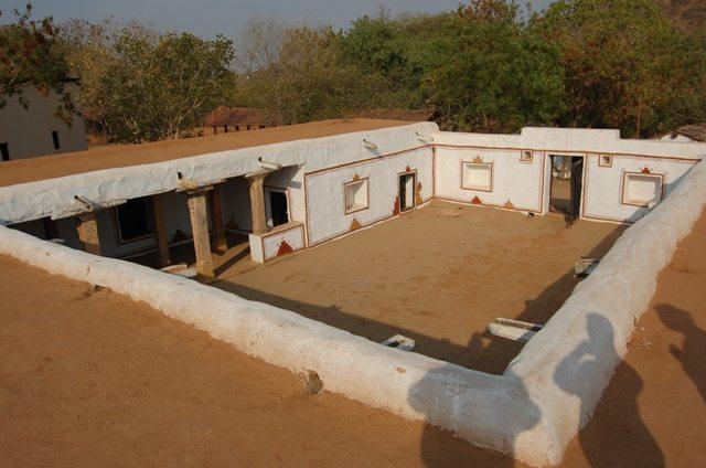 इतना बड़ा आंगन?  ये 10 जनपथ नहीं, राजस्थान के शिल्पग्राम नामक गांव की कहानी है।