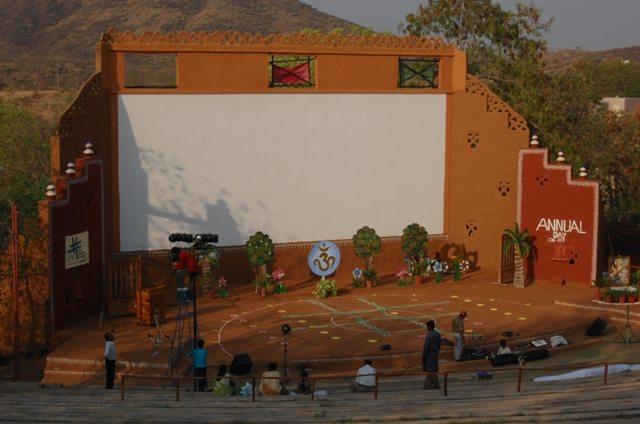 यहां पर देश भर से कलाकार आकर दिसंबर में शिल्पग्राम महोत्सव में अपनी कला का प्रदर्शन करते हैं।