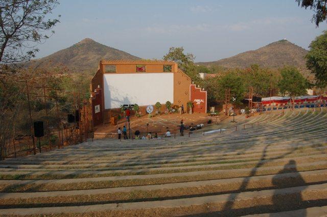 Amphi-theatre को हिन्दी में क्या कहते हैं DL जी?  800 दर्शक क्षमता का थियेटर !