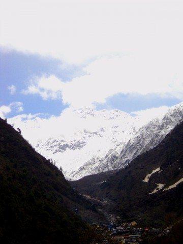 घाटी में रामबाड़ा और पीछे हिमशिखर...