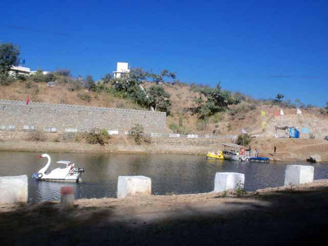 A small lake on the way to kumbhalgarh