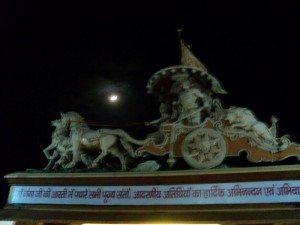 अर्जुन को कर्मशीलता का उपदेश देते भगवान् कृष्ण...