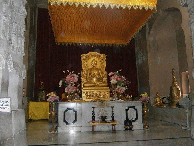 मूलगंध कुटी विहार मंदिर में स्थित बुद्ध प्रतिमा
