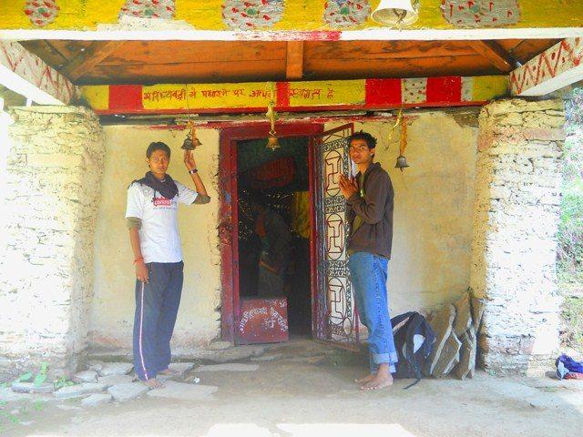 साधारण से लगने वाले भविष्य बद्री मंदिर के बाहर विपिन और पुनीत...