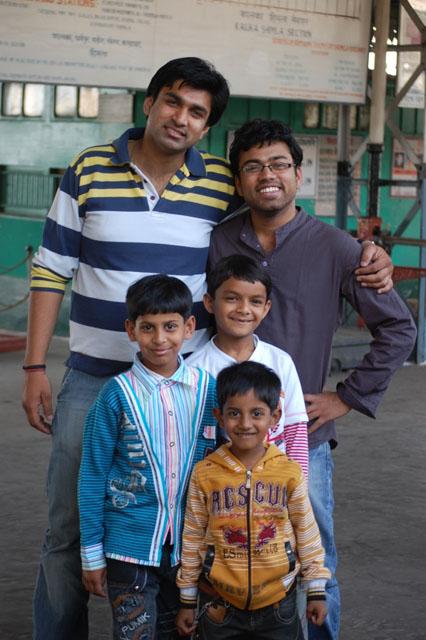 बहती गंगा में हम भी हाथ धो लें ! ये बच्चे एंवई आकर साथ में खड़े हो गये फोटो खिंचवाने के लिये!