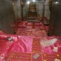 शयन आरती के लिये सजाया गया भगवान शिव का बिस्तर एवं चौपड़ की बिसात