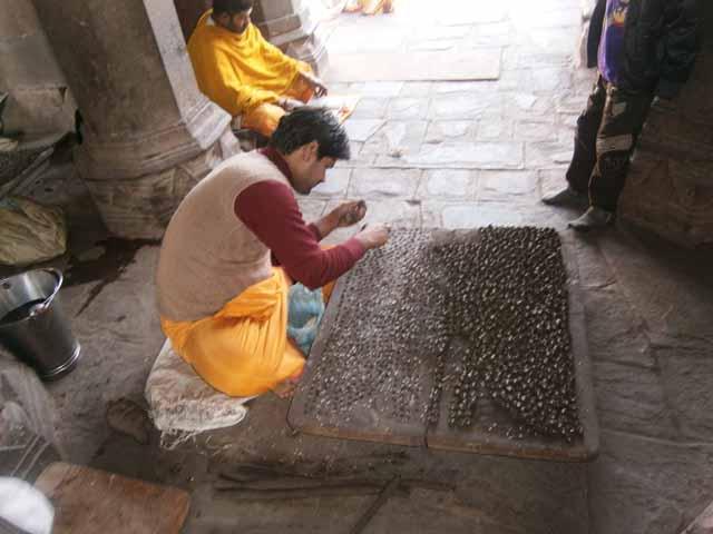 ममलेश्वर मंदिर के सामने पार्थिव शिवलिंग बनाते पंडित जी