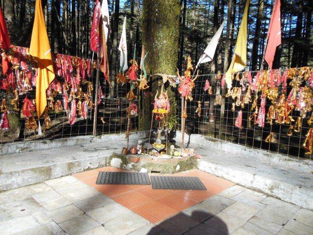 Karpoor gaurav karunavtaram sansar saaram bhujgendra haaram, Sadavasantam hridyarvideh bhavanbhavami sahitam namami.