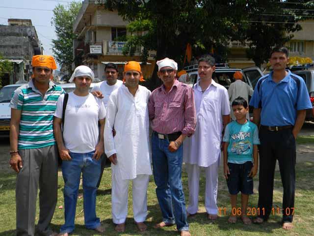 (बाएँ से दाएँ )सोनु, मैं ,पीछे हरीश गुप्ता, नरेश सरोहा, शुशील,सीटी व उसका बेटा राहुल तथा सतीश