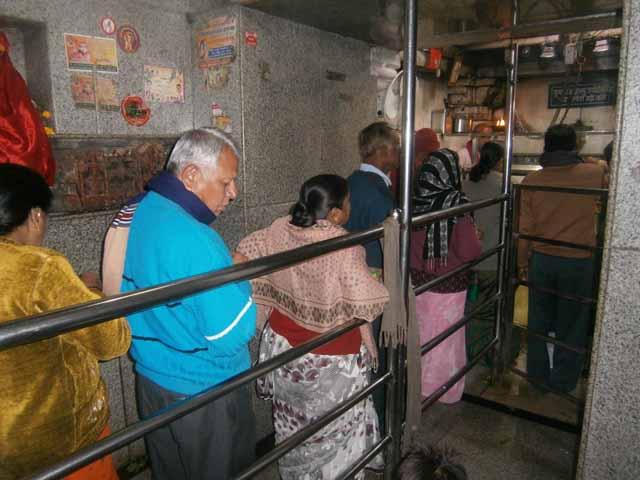 शयन आरती के लिये पंक्तिबद्ध भक्त