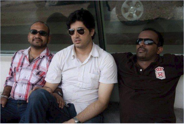 """मैं, राहुल और हरी """"Premier"""" शोरूम के बाहर बैठे हुए।"""
