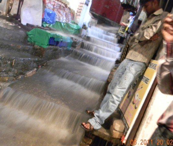 भारी बारिश से बहता पानी