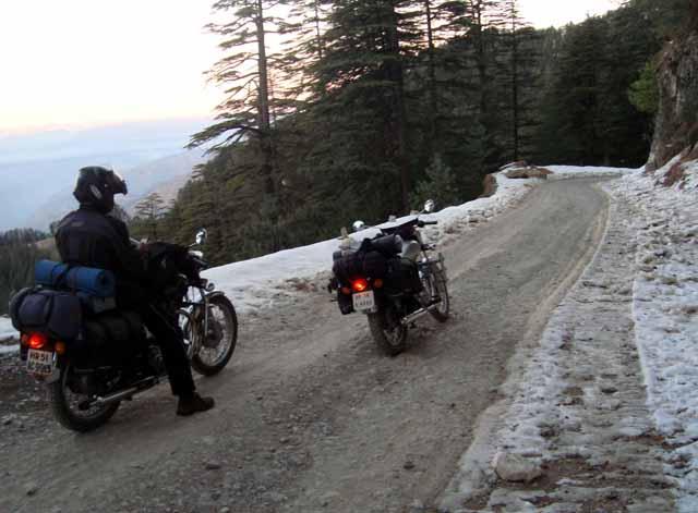 Lokhandi – Snow by the roadside