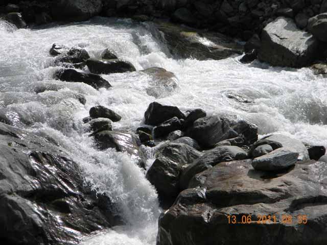 कल-कल बहती मंदाकिनी नदी